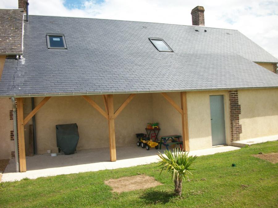 Maison après travaux de rénovation de la charpente et réalisation d'un préau